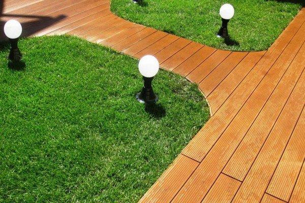 Садовая дорожка из деревянной террасной доски