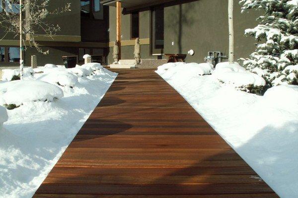 Садовая дорожка из террасной доски из дерева